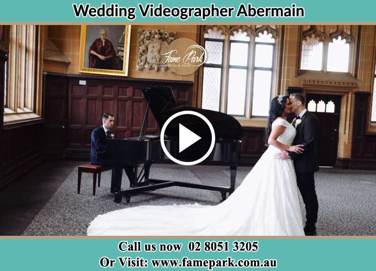 The new couple dancing with the pianist playing their song Abermain 2326